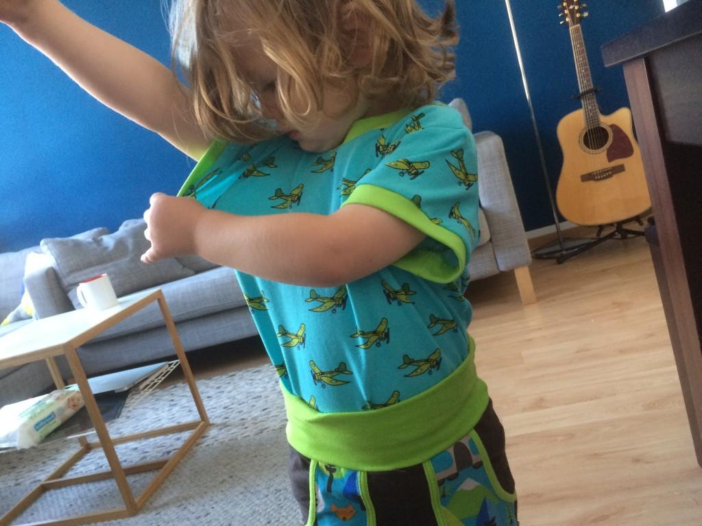 Das Hübchen testet die Reißfestigkeit seines neuen T-Shirts ;)